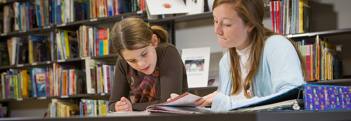 student teacher and her student working
